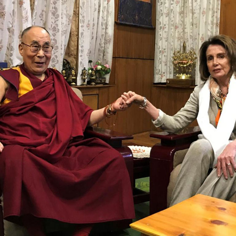 Le dalaï-lama et Nancy Pelosi (photo du Net)