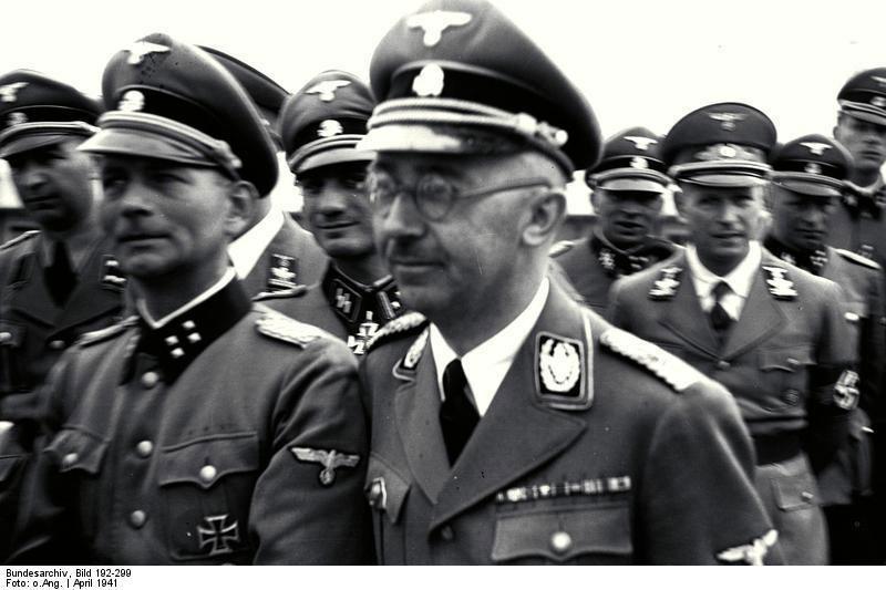 Le Sturmbannführer SS Otto Kumm, décoré de la Croix de Fer, à côté de Himmler lors d'une visite du camp de concentration de Mauthausen en 1941 (Source : Archives fédérales allemandes, image 192-299)