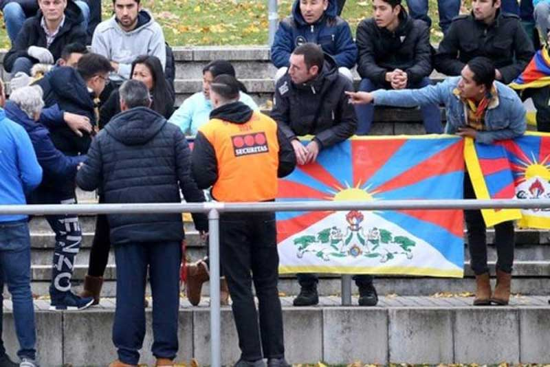 Des manifestants « Free Tibet » provoquent un incident lors d'un match de football (photo Keystone)
