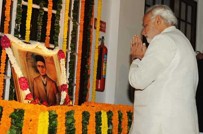 Narendra Modi rend hommage au Parlement indien à V. D. Savarkar. (Source https://creativecommons.org/licenses/by-sa/2.0, via Wikimedia Commons)